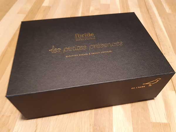 Boîte avec 2 logos