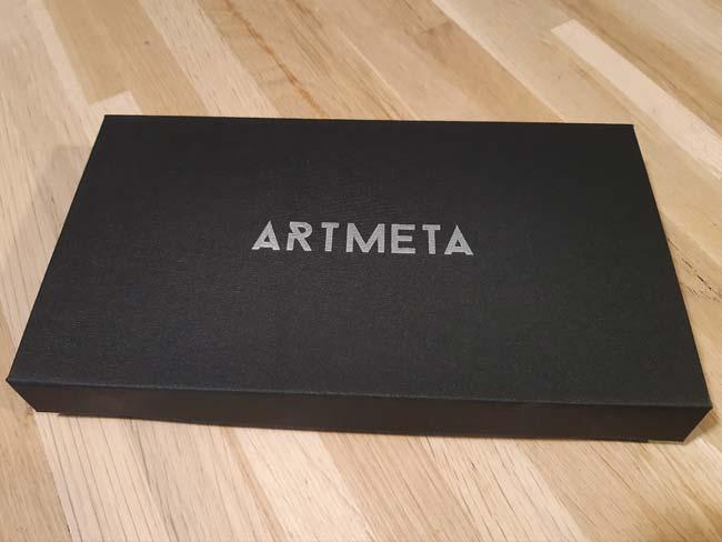 Boîte toile noire et logo argenté