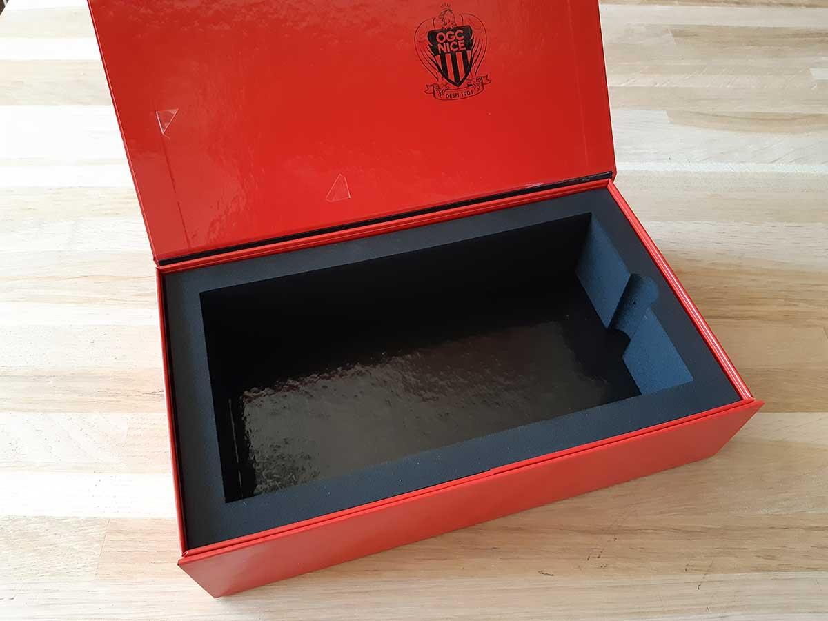Boîte avec page de garde imprimée et calage mousse