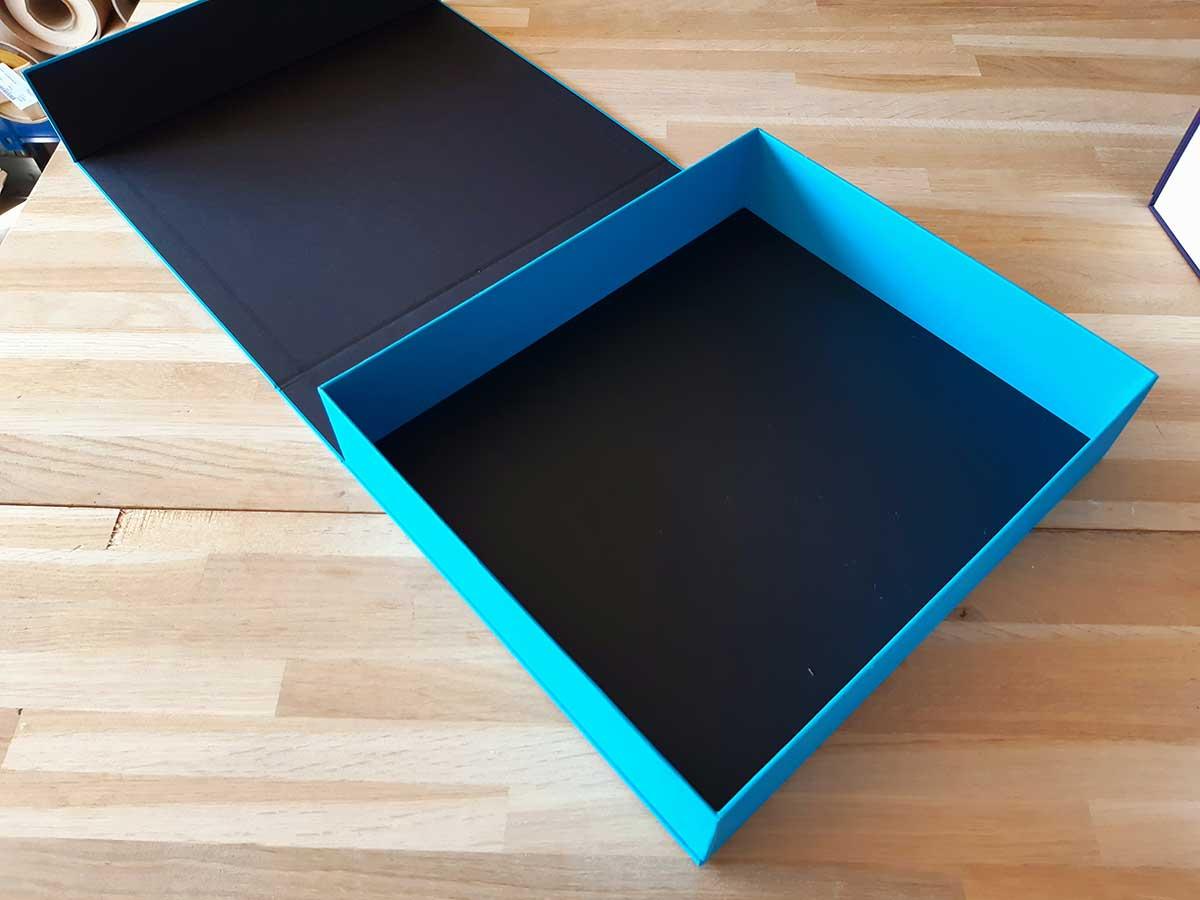 Grande boîte bleue et noire